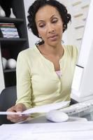 kvinnlig chef med pappersarbete foto