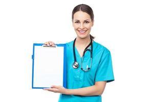 kvinnlig läkare som håller en Urklipp foto