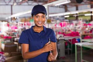 kvinnlig afrikansk klädfabriksledare foto