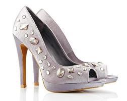 kvinnliga skor isolerad på vitt foto