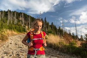 vacker, kvinnlig vandrare som går neråt foto