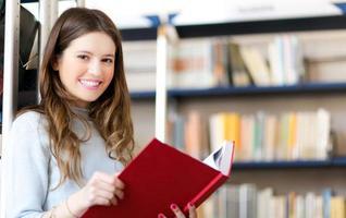kvinnlig student som håller en bok foto