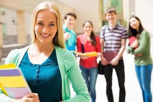 kvinnlig student utomhus med sina vänner foto