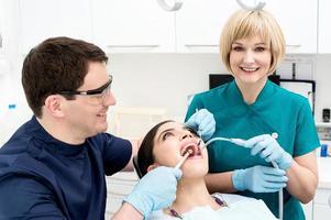 manlig tandläkare behandlar den kvinnliga patienten foto