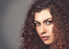 fashionabla kvinnliga porträtt. mode stil brunett tjej. foto