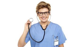 senior kvinnlig läkare redo att undersöka dig foto