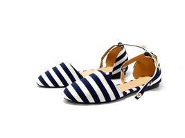 kvinnliga skor isolerade på den vita bakgrunden foto