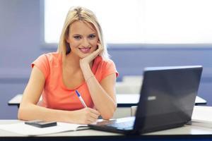 ganska kvinnlig universitetsstudent i föreläsningsrummet foto