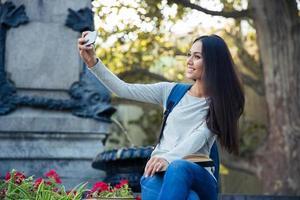 kvinnlig student gör selfie foto på smartphone