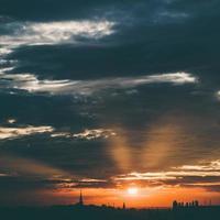 solnedgång över staden foto