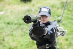 kvinnlig polis swat foto