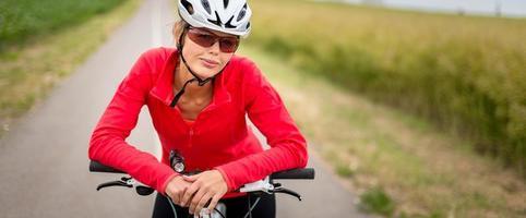vacker, ung kvinnlig cyklist