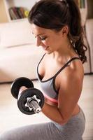 attraktiv kvinna gör övning hemma. foto