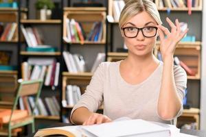 attraktiv kvinnlig bibliotekarie på jobbet foto