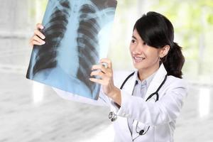 kvinnlig läkare som undersöker en röntgen foto