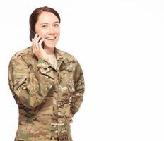 kvinnlig soldat som pratar i telefon. foto