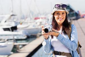 kvinnlig turist vid hamnen foto