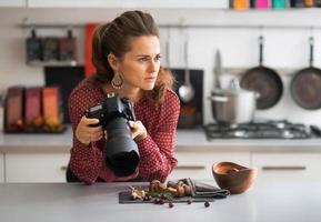 porträtt av tankeväckande kvinnlig matfotograf foto