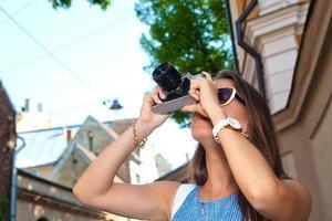 kvinnlig fotograf med gammal kamera
