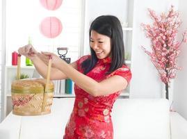asiatisk kvinna firar kinesiska nyåret foto