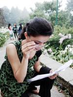 ganska kvinnlig student läser medan man går. foto