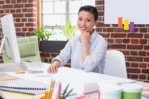 porträtt av kvinnlig chef vid skrivbordet foto