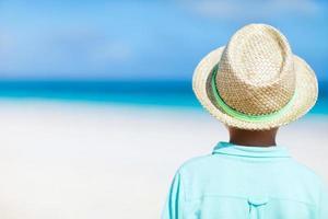 liten pojke på stranden foto