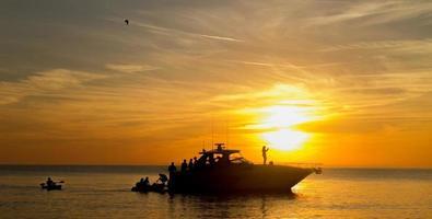 båt vid solnedgången foto