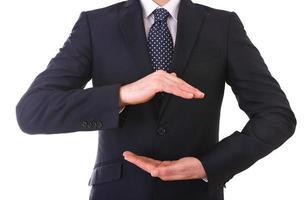 affärsman med kupade händer som om han håller något. foto