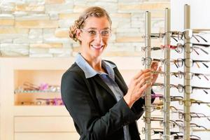 ung kvinna på optiker med glasögon