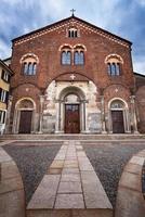 basilica di san simpliciano och piazza san simpliciano i milan foto