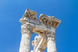 trajanens tempel i pergamon foto