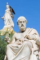 athens - staty av plato framför nationella akademin foto