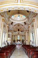 kyrkans inre, stor pyramid av kolula foto