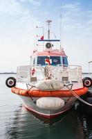 röd och vit eldbåt står förtöjd i izmir foto