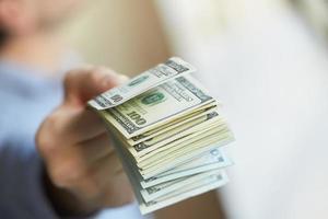 pengar i handen foto