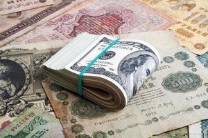 pengarkoncept, gamla ryska pengar och dollar foto