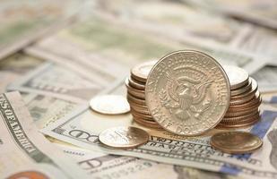 olika mynt och sedlar foto