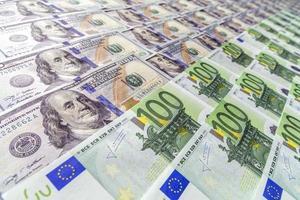 stor yta täckt med oss och europeiska sedlar foto