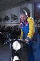 man placerar en motorcykel foto