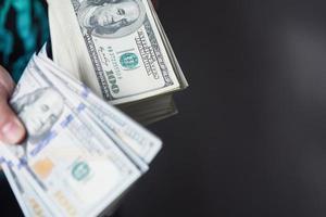 pengar i manliga händer foto
