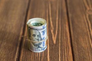pengar på skrivbordet foto