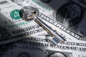 nyckel på dollarpengar foto