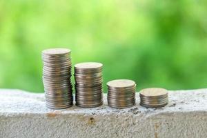 finans och pengar koncept, pengar mynt stack växande graf