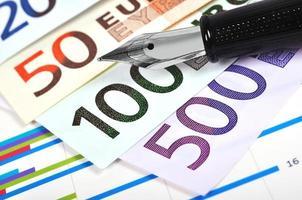 pengar och bläckpenna foto