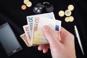 mans hand som håller pengar foto