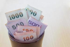thailändska pengar i burk foto