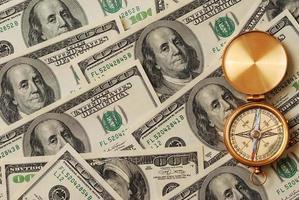 antik kompass över pengar foto