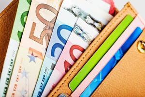 euro pengar i plånbok foto