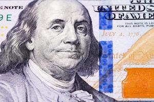 pengar - makroskott av den amerikanska nya 100 dollar sedeln foto